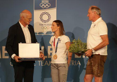 Aus den Händen von ÖOC-Präsident Karl Stoss gab es für Karate-Medaillengewinnerin Bettina Plank das Philharmoniker-Münzset, rechts ÖOC-Generalsekretär Peter Mennelgepa