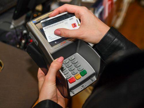 Bargeldlos bezahlen hat sich während Corona weiter verbreitet, allerdings sind die Österreicher seit den Lockdowns auch besser über ihre Finanzen informiert. VN/lerch