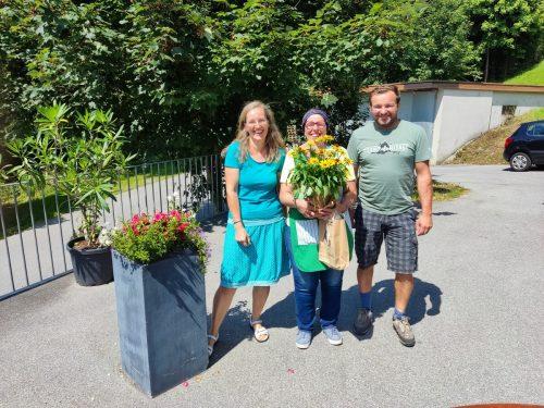 Beate Burtscher, Leane Janz und Sennereiobmann Bernd Pfister bei Janz' Verabschiedung in die Pension.KG