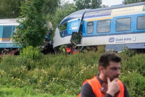 Bei der Kollision sind drei Menschen ums Leben gekommen, Dutzende wurden verletzt.Die Führerstände der Lokomotive und des Triebwagens wurden völlig zerstört. AFP