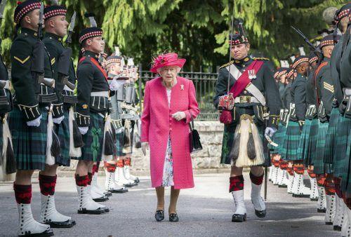 Bei der Zeremonie inspizierte die Monarchin die teilnehmenden Wachen.ap