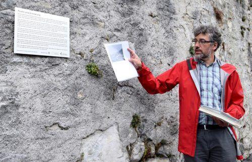 Bei einem Spaziergang erläuterte Museumsdirektor und Historiker Michael Kasper die Bedeutung des Erinnerungszeichens. Scopoli