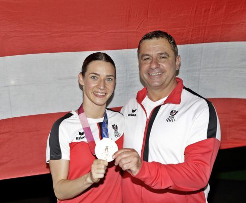 Bettina Plank, mit Coach Juan Luis Benítez Cárdenes, ist die erste weibliche Medaillengewinnerin bei Sommerspielen.GEPA