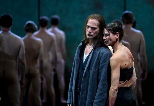 """Bibiana Beglau als Elisabeth mit Itay Tiran als Graf Von Leicester in """"Maria Stuart"""" von Friedrich Schiller. apa"""