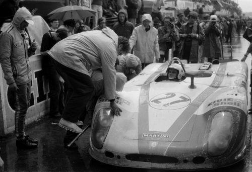 Bild aus dem Jahr 1970: Rudi Lins an den Boxen. Er saß zusammen mit Helmut Marko im Auto.Noger