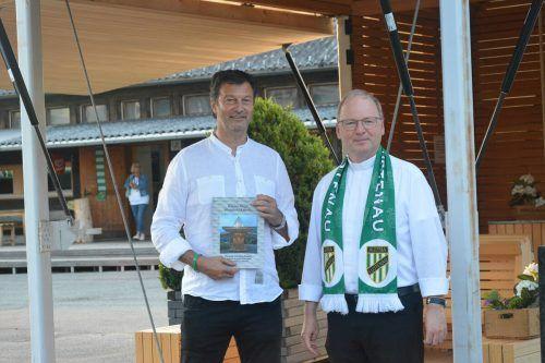 Bischof Bruno Elbs (r.) und Stephan Muxel vor der Stadion-Kapelle.