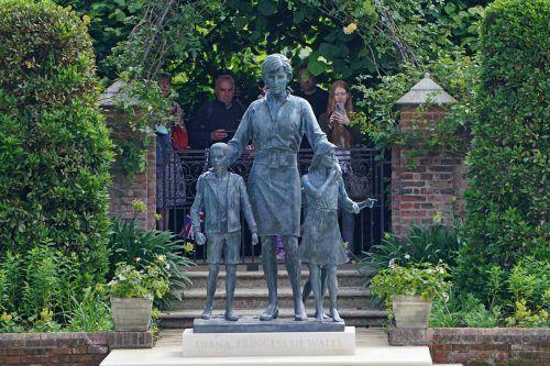 Briten gedenken der Prinzessin Diana bei ihrer Statue im Sunken Garden. afp