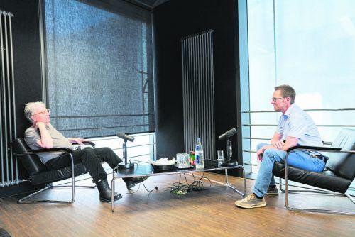 Christof Burtscher (r.) im Gespräch mit dem Schweizer Bildhauer Roman Signer.                              illwerke vkw/Miro Kuzmanovic