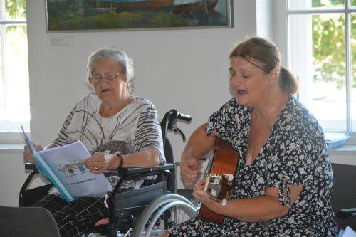 Corina Hämmerle (rechts) erfreut die Bewohner mit Liedern.bvs (2)
