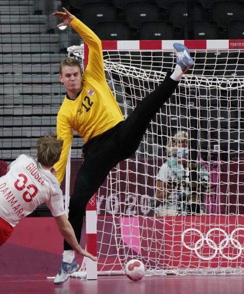 Dänemarks Mathias Gidsel trifft gegen Norwegen-Torhüter Kristian Saeveraas.ap