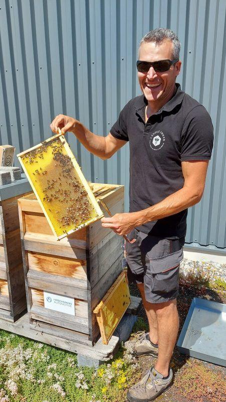 Daniel Berger ist von Beruf Imker und hat 150 Bienenvölker. Daniel Berger