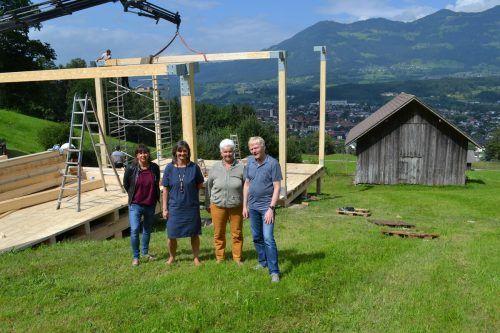 Daniela Jochum und Isabella Marte vom Kultursteg Walgau sowie Hildegard und Helmut Schlatter von der Artenne Nenzing freuen sich auf das erste Open Air auf dem neu errichteten Kultursteg.BI