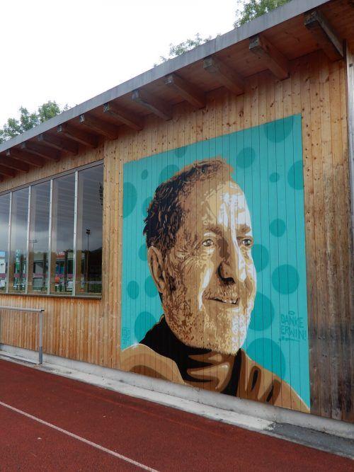 """""""Danke Erwin"""" steht auf dem Graffiti-Porträt von Erwin Reis auf der Birkenwiese. Damit will der FC Dornbirn an """"Mr. Gymnaestrada"""" erinnern.cth"""