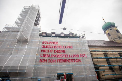 Das Bregenzer Rathaus wurde mit feministischer Kunst von Katharina Cibulka umhüllt. VN/Hartinger
