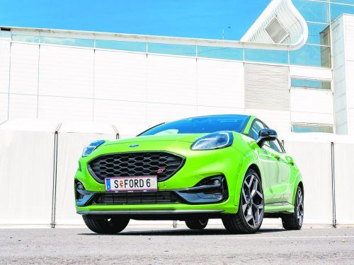Das ist beileibe keine Tarnfarbe: Im Furios-Grün-Metalleffekt-Lack signalisiert der Ford Puma ST seine Angriffslust.VN/lerch