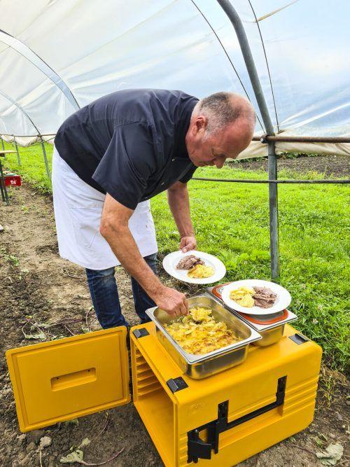 Das Kartoffelgratin hat er zuvor in seiner Zentralküche in Dornbirn zubereitet.