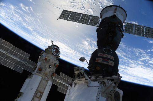 """Das russische Mehrzwecklabormodul """"Nauka"""" neben dem Sojus-Raumschiff MS-18.afp"""