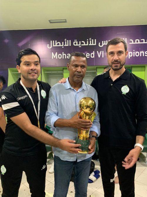 Den Pokal in Händen, das prestigeträchtige Endspiel brachte Lassaad Chabbi ein vorzeitiges Geburtstagsgeschenk.VN