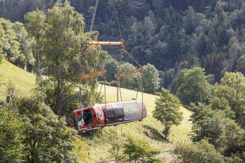 Der 32 Tonnen schwere Triebwagen wurde am Freitag aus der Mur geborgen.APA