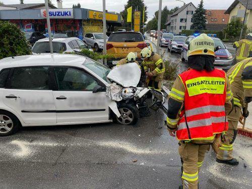 Der Pkw wurde bei der Kollision über die Fahrbahn gedreht und kam vor einer Einfahrt zum Stillstand. Feuerwehr Hard