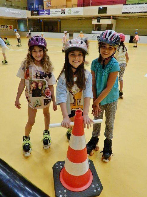 Der RHC Dornbirn zeigt Kindern, wie man sich auf Rollschuhen richtig bewegt.cth