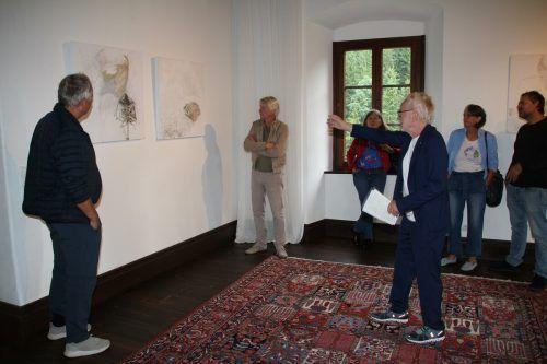 """Der Vorarlberger Künstler Tone Fink führte die Besucher durch seine Ausstellung """"Zeichnungen Bilder Objekte"""" im Schloss Amberg. Heilmann"""