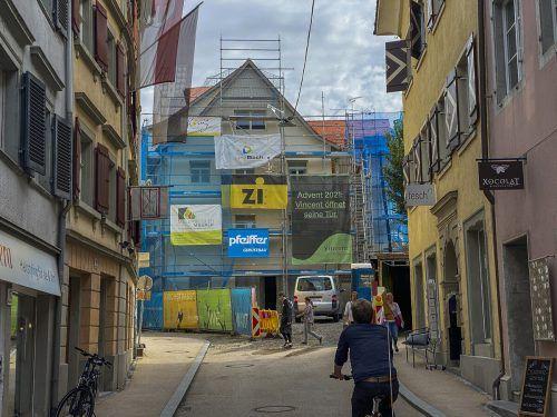 Die Arbeiten am Neubau befinden sich im Endspurt. Auf einem Plakat wird nun verraten, wie das Lokal heißt.