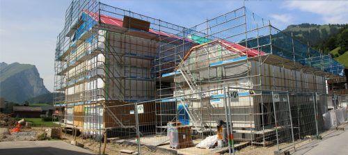 """Die Arbeiten am Schoppernauer Tourismusprojekt liegen im Plan, nach rund vier Monaten Bauzeit kam das Haus """"unter Dach"""". stp"""