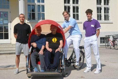 Die Bewohner Richard Rebl und Ferdinand Vogel genießen die Ausfahrten. Der Ex-Zivi Marcel Grabher (links) unterstützt Christopher Kilburn und Kilian Kräutler. bvs