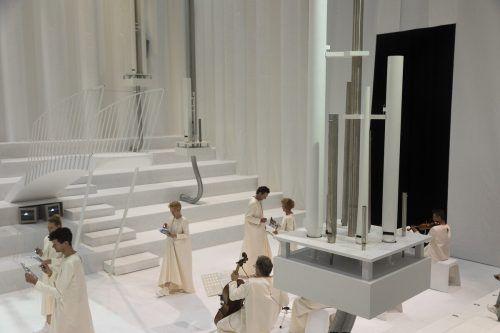 Die eigens angefertigten Orgelpfeifen im von Flaka Haliti gestalteten Bühnenraum machen das Stück zu einem außergewöhnlichen Klangerlebnis. VN/paulitsch