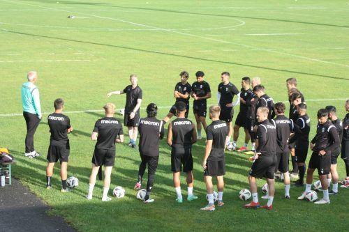 Die erste Trainingseinheit der Schwarz-Weißen unter dem Neo-Trainer Roman Ellensohn (hintere Reihe, links).Knobel
