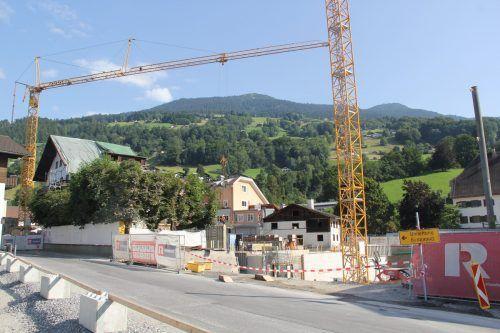 Die Gemeinde Schruns überlegt, ob sie für die nächsten zwei Jahre eine Bausperre verhängen soll, denn momentan wird viel in Schruns gebaut, wie hier das neue Posthotel Taube in der Ortsmitte. STR