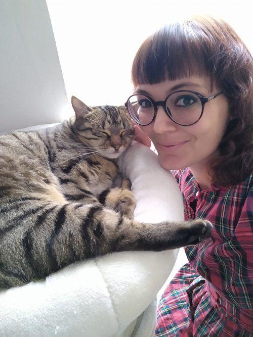 Die Katzenverhaltensberaterin Jennifer Wörz und ihre Katze Rosalie feiern den Weltkatzentag am 8. August.