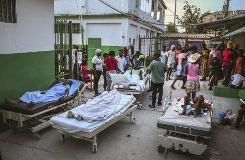 Die Krankenhäuser in Haiti sind überfüllt, Verletzte müssen teilweise außerhalb des Gebäudes behandelt werden. ap