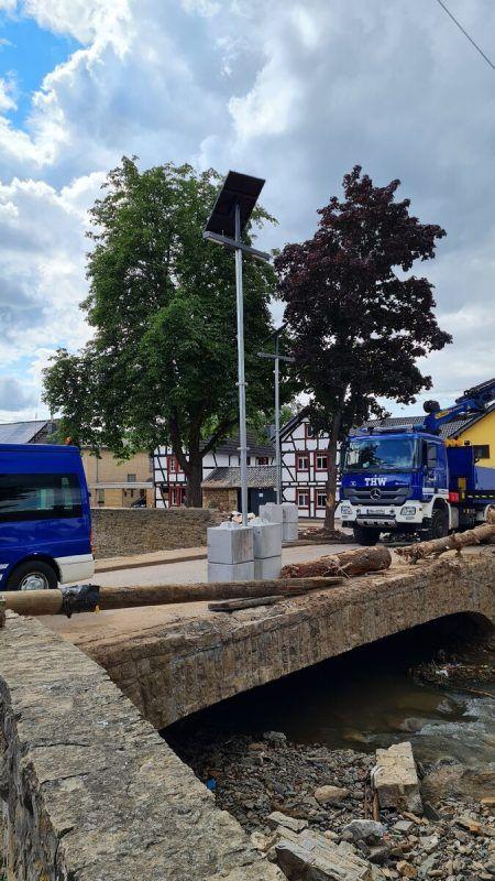 Die Leuchten des Vorarlberger Unternehmens können dank des massiven Betonfußes schnell aufgestellt werden, wie hier im deutschen Ahrtal. FA