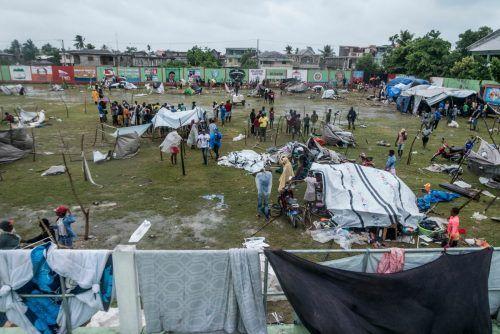 Die Menschen, die bei dem Beben ihr Zuhause verloren haben, schützen sich notdürftig mit Zelten und Planen. AFP