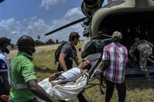 Die Retter bringen die Verletzten in ein Krankenhaus in Les Cayes. ap