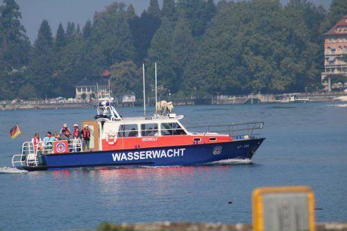Die Wasserwacht Wasserburg schleppte die Katamarane ab.feuerwehr Wasserburg