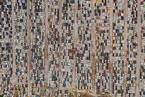 Diese Luftaufnahme zeigt Fahrzeuge in Zhengzhou in der chinesischen Provinz Henan, die durch das Hochwasser beschädigt worden sind. AFP