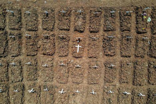 Diese Luftaufnahme zeigt Gräber von Menschen, die an Covid-19 gestorben sind, am Rorotan Friedhof in der indonesischen Hauptstadt Jakarta. AFP