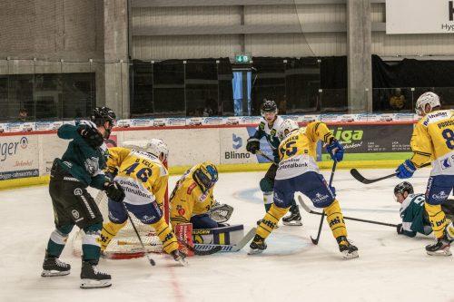 Dornbirns Eishockeycracks Davis Vandane und Simeon Schwinger beschäftigen die Davoser Abwehr.CDM/Margotti