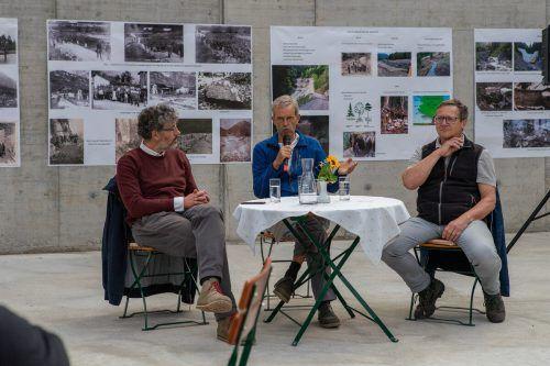 Dr.Michael Kasper von den Montafoner Museen, Gebietsbauleiter DI Wolfgang Schilcher und Sektionsleiter DI Andreas Reiterer (v.l.) beim Gartahock in Vandans. STO