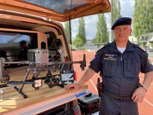 Drohnenkoordinator Joachim Saltuari mit einem technischen Wunderwerk im Einsatzleitungsfahrzeug. vn/rauch