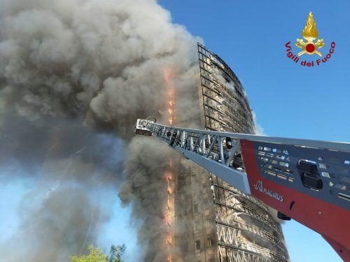 Ein Hochhaus in Mailand ist von einem Großbrand verwüstet worden. reuters