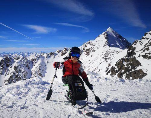 Ein Monoski ermöglicht Maxi das Skifahren.