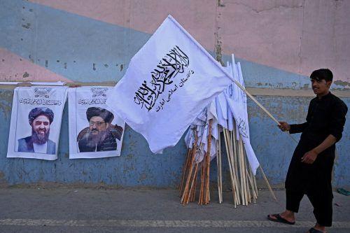 Ein Straßenhändler mit Fahnen der Taliban in Kabul. Die weiße Fahne der Taliban ist nicht der einzige Unterschied zum IS, welcher unter einer schwarzen Fahne kämpft. AFP
