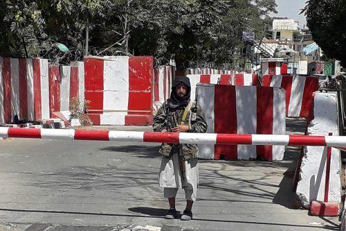 Ein Taliban-Kämpfer bewacht den Eingang des Polizei-Hauptquartiers in Ghazni. AFP