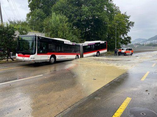 Ein Wasserrohrbruch sorgte in St. Gallen für eine ungewöhnliche Havarie mit einem Bus. Die Passagiere blieben unverletzt. Polizei St. gallen