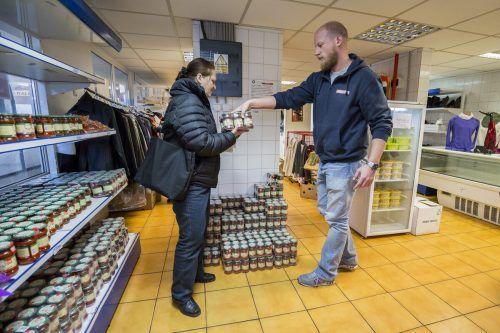 Eine Kundin gemeinsam mit Suitner beim Einkauf in einem Laden von Somaro.