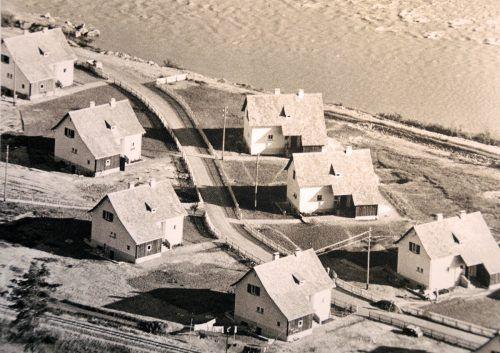 Einige der 21 Siedlungshäuser im Jahr 1951, im Hintergrund die Bregenzerach.